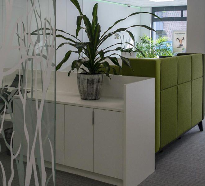 renovatie kantoor glazen wand kasten op maat bureautafel gespreksmeubel