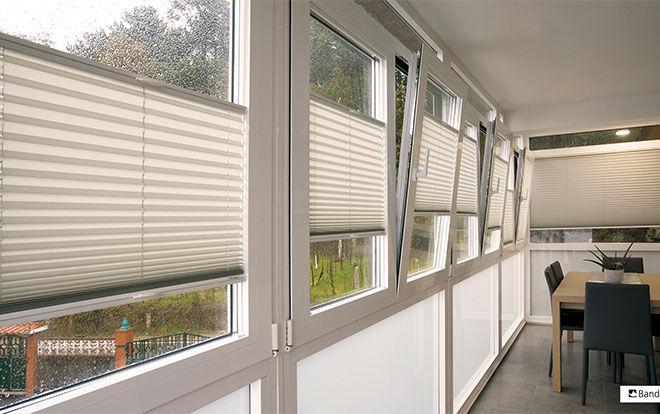 zonwering plissé VS met handgreep met zijgeleiding in raamkader