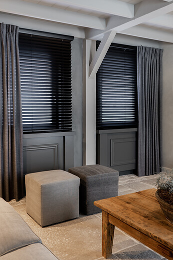 houten jaloezie zwart 25mm manuele bediening met ladderkoord glasgordijn enkele plooi lichtdoorlatend