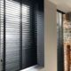 houten jaloezie zwart 50mm manuele bediening met ladderband koordbediening plafondbevestiging