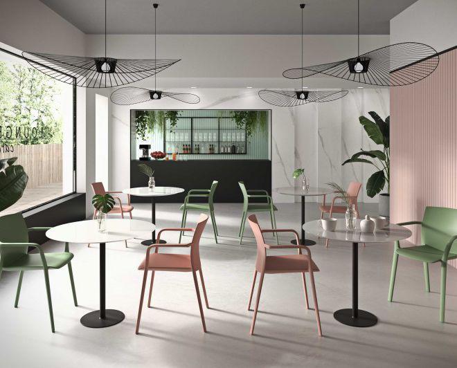 ronde tafel centrale poot marmer look tafelblad polypropyleen armstoel stapelbaar pastelkleuren