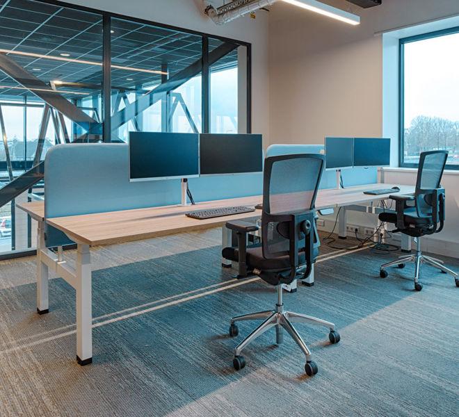 duo bureau elektrisch in hoogte verstelbaar duo werkplek akoestische scheidingswand ergonomische bureaustoel met lumbaal chroom onderstel dubbele schermhouder tafelblad in eik
