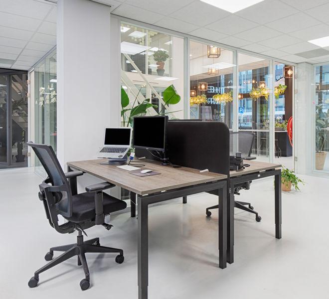 ergonomische bureaustoel mesh rugleuning bureautafel manueel in hoogte verstelbaar akoestische opzetwand schermhouder kantoormeubilair U-vormig frame werkblad eik
