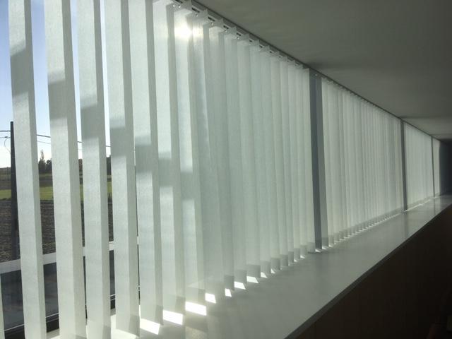 zonwerend warmtewerend verticale jaloezie lamel 98mm silverscreen polyscreen wit manuele bediening