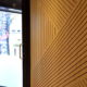 renovatie restaurant interieur scheidingswand eik fineer lineair groevenpatroon